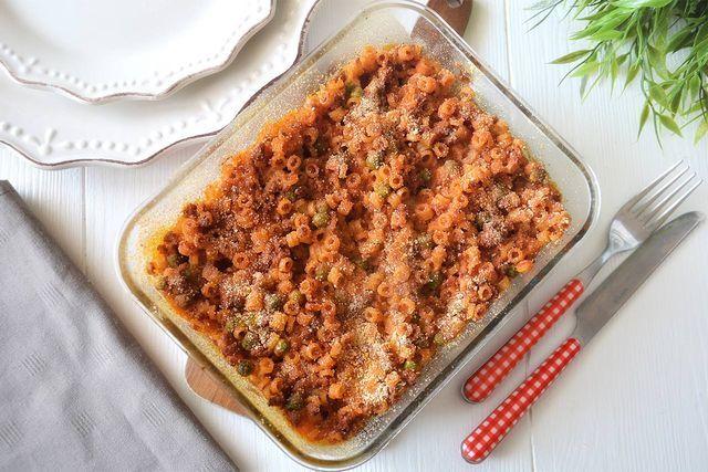 Gli anelletti al forno sono un primo piatto tipico della spendida Sicilia. Si tratta di una pasta al forno che, per tradizione, viene preparata con questo formato di pasta fatto a piccoli anelli condi