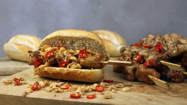 Een simpel BBQ gerecht toch bijzonder maken? Dat doe je met dit recept voor broodjes kipsaté!
