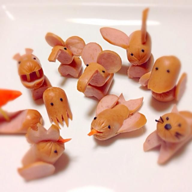 Lots of Vienna hotdog animals  >^••^<