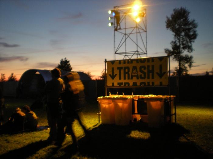 Lowlands festival - trash  Afvalverzamelpunt dat duidelijk is incl afvalscheiding, niet overal losse bakken, 3 a 4 afvalpunten