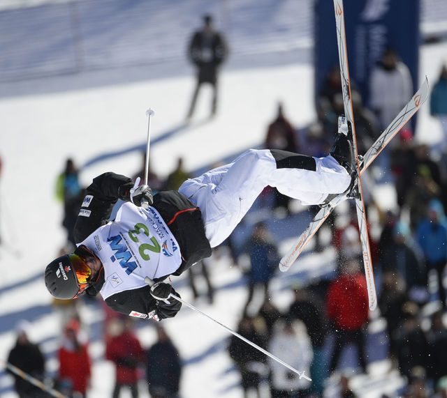 Marc-Antoine Gagnon (CAN) de la séance de qualifications des dames  lors de l'épreuve de bosses de la Coupe du monde de ski acrobatique le samedi 23 janvier 2016 à Val Saint-Côme.