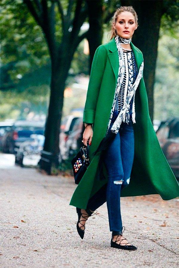 Street style look casaco verde, calça jeans e sapatilha preta.