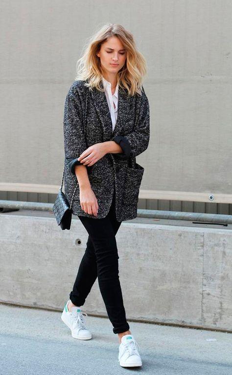 Mija Flatau aposta em camisa branca, maxi blazer de lã, calça skinny preta, tênis adidas stan smith, bolsa chanel preta