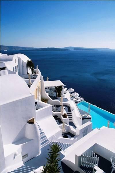 Blanco y azul. Azul del mar Egeo.     Hotel Katikies, sobre los acantilados Oia en Grecia.    http://www.guias.travel/ver/?hotel/gr/katikies.es.html