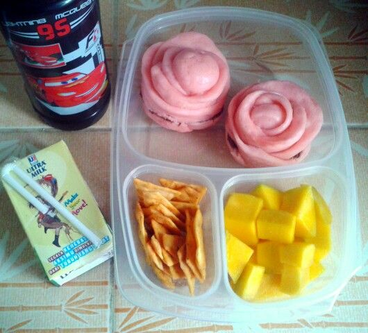 Attar's lunch box (21SEP15) : rose bread with Nutella, pizza crackers, manggo, choco milk and mineral water.   Have a happy Monday! Xxx