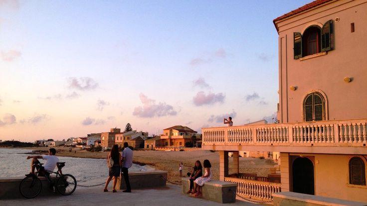 Punta Secca, insieme a Donnalucata, è Marinella: qui il Commissario Montalbano è di casa, in tutti i sensi. La sua bellissima casa si affaccia sulla spiaggia del piccolo borgo e si specchia nel mar Mediterraneo dove il Commissario ama nuotare