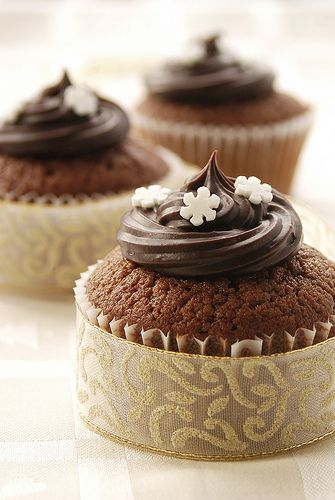 Chocolate cupcakes wrapped with ribbon and topped . So simple and pretty!!!: Beautiful Cupcakes, Idea, Cupcakes Liner, Wedding Cupcakes, Chocolates Cupcakes, Christmas Cupcakes, Cupcakes Wrappers, Cups Cakes, Cupcakes Rosa-Choqu