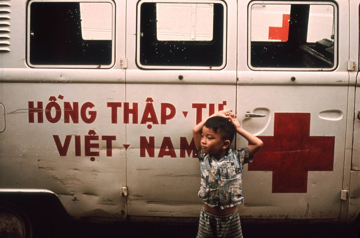 Un enfant devant un véhicule de la Croix Rouge au Sud Vietnam, en 1972. (CICR)