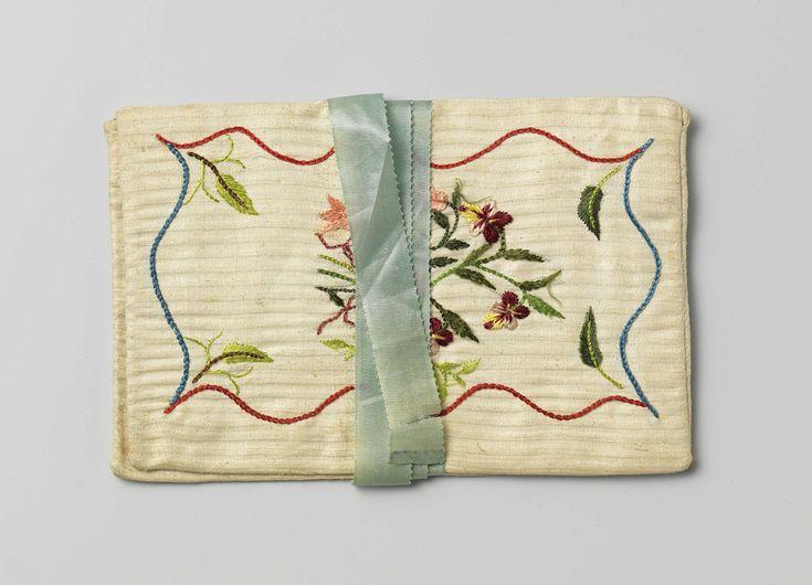 Anonymous | Brieventas in een plat, rechthoekig model, van witte katoen met ingeweven strepen, versierd met veelkleurig floraal zijden borduurwerk, met aan de binnenkant de initialen 'GMH', 'souvenir d'amitie' en '1799', Anonymous, 1799 | Brieventas in een plat, rechthoekig model, van witte katoen met ingeweven strepen, versierd met veelkleurig floraal zijden borduurwerk. Aan een kant een boeket met violen en roze tulpen binnen een slingerende baan van rode en blauwe zijde, aan de andere…