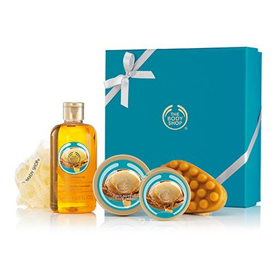 Pick the perfect gift with this fabulous box set that contains a selection of precious argan scented goodies. With organic Community Fair Trade argan oil from Morocco. Wild Argan Oil Shower Gel 250ml Wild Argan Oil Body Butter 50ml Wild Argan Oil Body Scrub 50ml Wild Argan Oil Massage Soap 100g Cream Mini Bath Lily