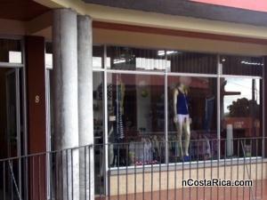Exclusividades Ninas se encuentra ubicada en La Fortuna de San Carlos, Costa Rica; local #8 en la segunda planta del Centro Comercial el Burio. Nos especializamos en la venta de ropa americana de calidad.