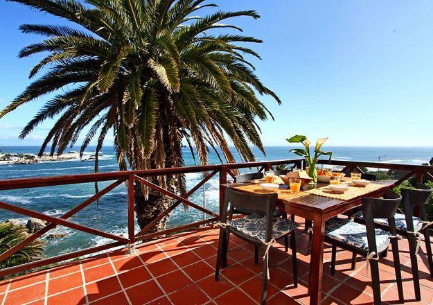 Enige iemand sal mos vroeg wil opstaan vir ontbyt as die uitsig by die ontbyttafel so mooi is! Camps Bay Terrace Lodge se uitsig is enig in sy soort.