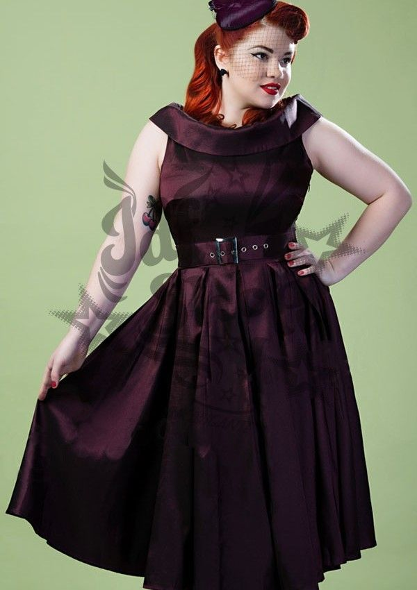 Vestido Pin Up Scarlett Púrpura Talla Grande.Vestido púrpura de satén con escote de barco doblado, cinturilla con varios pliegues que se ab...