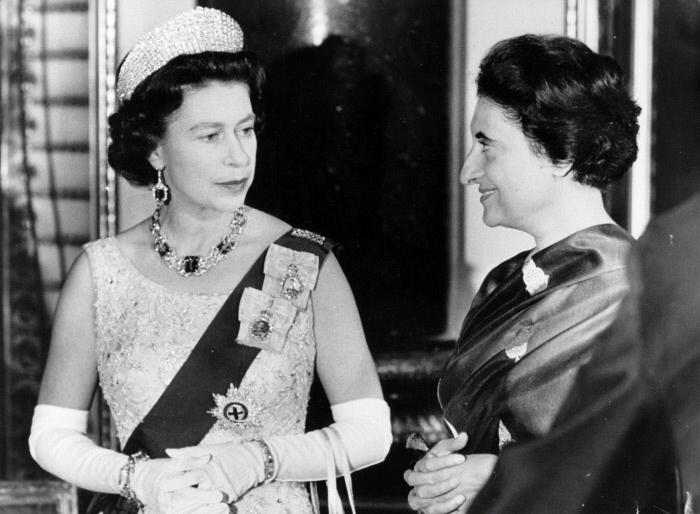 La reine d'Angleterre Elisabeth (Elizabeth) II (ne en 1926) lors d'une rencontre avec Indira Gandhi (1917-1984) a Buckingham palace le 07/01/1969 (301-001322) ©PrismaArchivo/Leemage MONDADORI PORTFOLIO/LEEMAGE