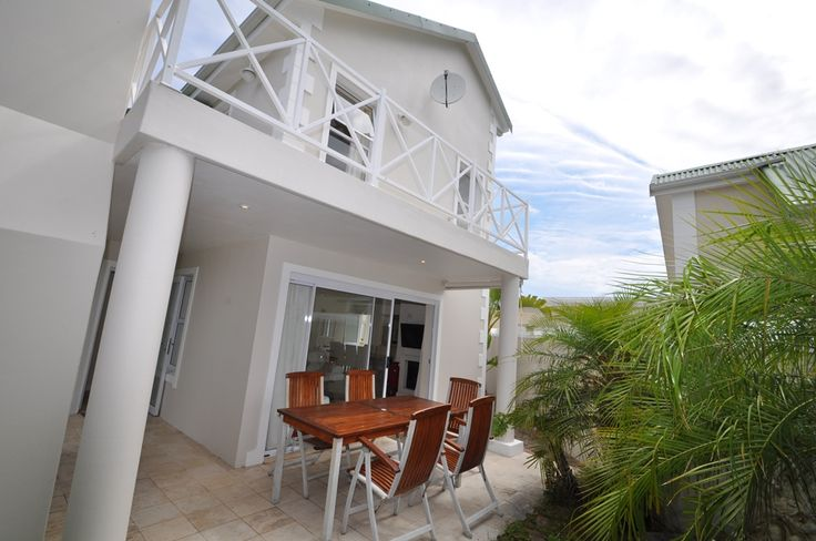 PLETTENBERG BAY - Riverclub 4186 in Plettenberg Bay. 3 Beds - Sleeps 6. The Riverclub is very popular. It is within easy walking distance to Central Beach as well as restaurants and shops. There is a swimming pool and tennis courts in the complex for your enjoyment. | #Where2Stay #plettenbergbay