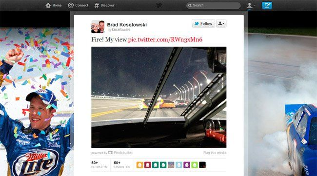 Qué crack este piloto de la NASCAR. Twitteó una foto desde el coche en plena competición (aunque en ese momento estaban parados). Lo que no acabo de entender es porqué llevaba el móvil durante la carrera...