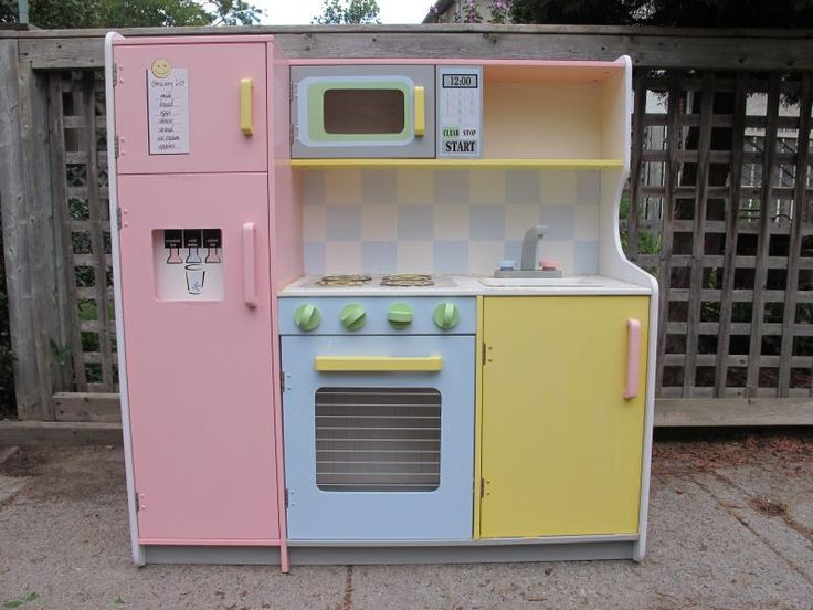 A previously loved KidKraft play kitchen gets a much needed facelift.