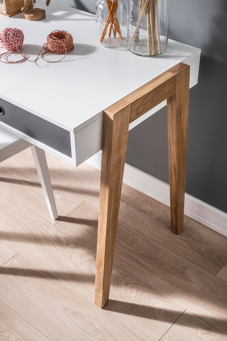 Biuro posiada nogi wykonane z litego drewna dębowego. Szuflady wsuwane są na ochronnych filcach. Mogą one pełnić swoją podstawową rolę lub - po wyjęciu, stanowić pudełko z w którym wygodnie przemieścimy zawartość biurka w pożądane miejsce. Rolę uchwytów pełnią otwory wypełnione silikonowymi wykończeniem - dzięki nim uchwyt jest praktyczny i wygodny w użytkowaniu.