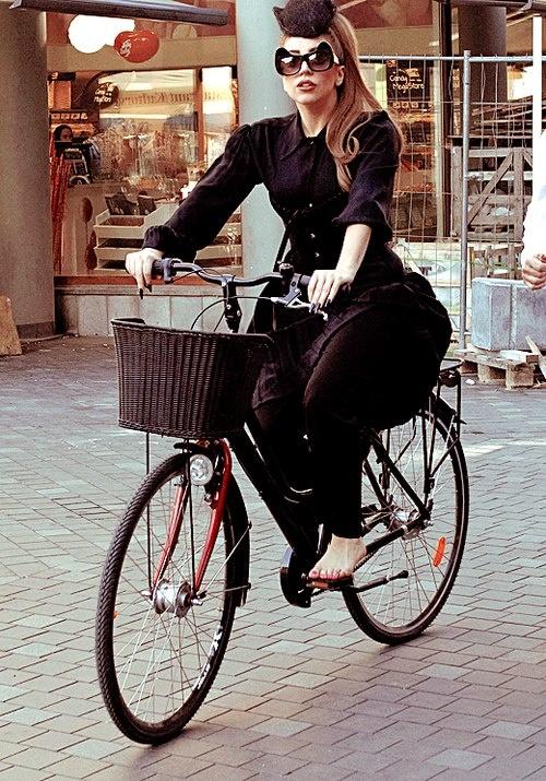 Stylish Lady Gaga rides a bike ...