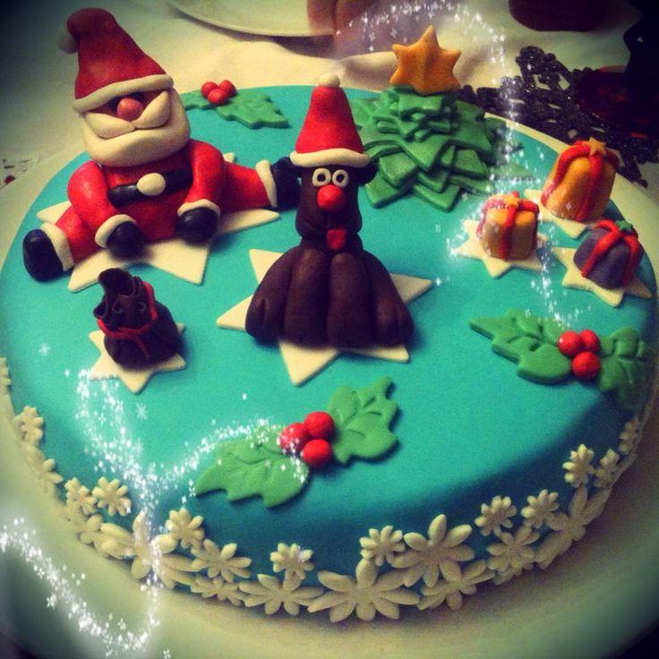 Christmas Cake!!! Pan di spagna ripieno di fudge al cioccolato e scaglie di cioccolato bianco, ricoperta in pasta di zucchero!