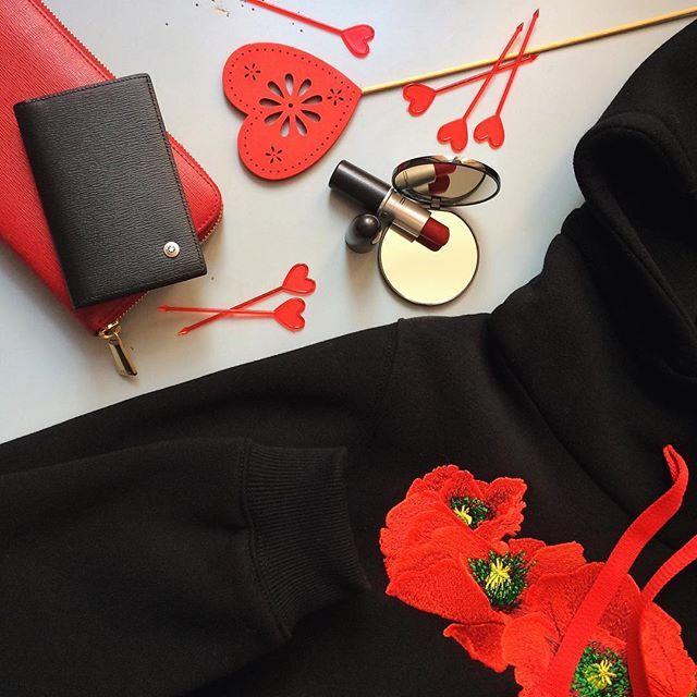 """привет👋 а ты пользуешься красной помадой и для каких поводов? у меня она есть и идет в ход в особых случаях..)) утеплённый спортивный костюм с вышивкой """"маки""""❤💛💚💚 СОСТАВ: 80% хлопок, 20% полиэстер РАЗМЕР: XS, S, M возможен пошив по индивидуальным меркам 📏 ЦВЕТА: чёрный, черно-серый, темно-синий, бордовый, голубой. ЦЕНА: 12.900₽ с любовью для тебя, @uknowmoscow ❤💛💚💚"""