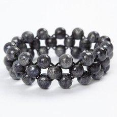 Armband van kralen en elastiek: ziet er moeilijk uit... is het zeker niet! Volg…