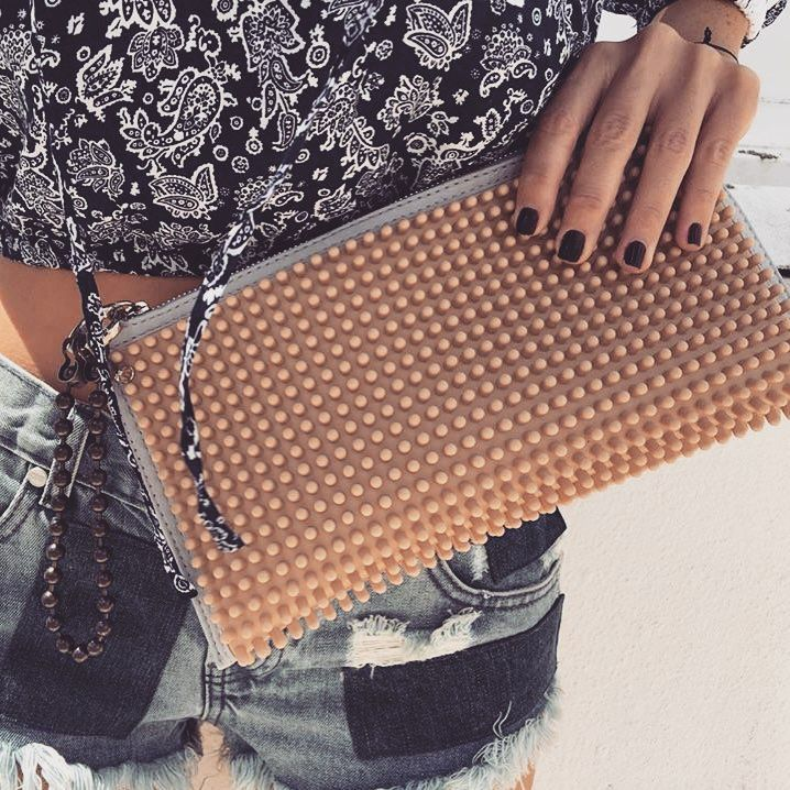 The perfect clutch for the weekend 😉 @barmat_bag Mini clutch perfectly styled by gorgeous @shopranoblog ♥️  #Stylebubbles #bloggers #fashion #accessories #bags #onlineshopping