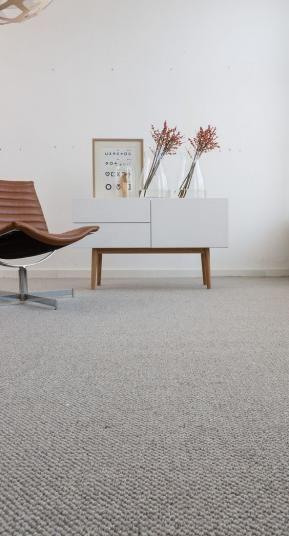 Šedý celoplošný vlněný koberec Best Wool Carpets, dodavatel BOCA Praha. / Gray wall-to-wall carpet from pure wool.  http://www.bocapraha.cz/cs/aktualita/77/vlnene-koberce-z-novozelandske-vlny/