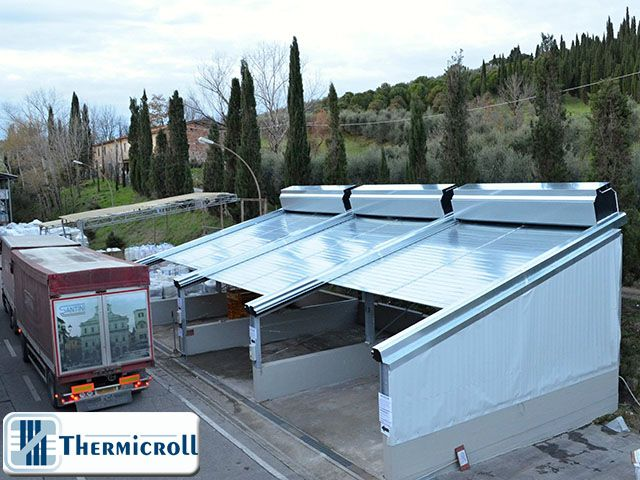 Tre #tettoie #mobili: ecco la #soluzione proposta da #Thermicroll® per le particolari #esigenze del #cliente. Da notare le #dimensioni, in confronto al veicolo, e la struttura obsoleta precedentemente esistente.