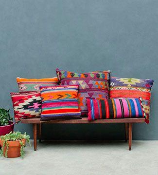 BOHO DECO  El boho es apasionado y desinhibido. Un estilo de decoración que utiliza textiles llamativos de gran fuerza étnica conjugados con muebles y accesorios de madera natural y atractivos colores.