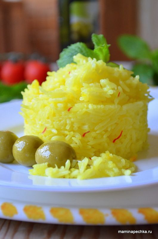 Рецепт риса с шафраном. Положите ниточки шафрана в стакан и залейте кипятком (0,5 стакана или 125 мл). Помойте рис и откиньте его на дуршлаг с сеткой...