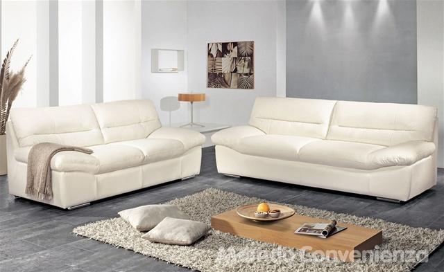 La seduta del divano William sembra quasi una culla, con i braccioli che partono dal basso per poi salire e offrire un ottimo appoggio, divano 2 posti € 484