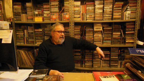 Nel negozio di dischi inserito nella classifica dei dieci più autorevoli al mondo: arredamento ancora anni '70 e una collezione sterminata. Il