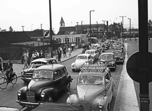 Amsterdam, Verkeersdrukte in 1959 bij Sloterdijk. Foto: ANP