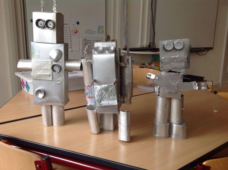 Robot knutselen van lege dozen, wc-rolletjes e.d.