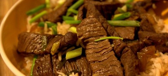 Voilà une nouvelle façon de déguster le bœuf ! Cette recette va vous faire découvrir une nouvelle façon de cuisiner le bœuf, à la chinoise avec du soja. Il sera accompagné de riz, je sens que vous allez vous régaler ! Ingrédients 600 gr bœuf à fondue coupé en cubes 1 oignon émincé 400 gr …