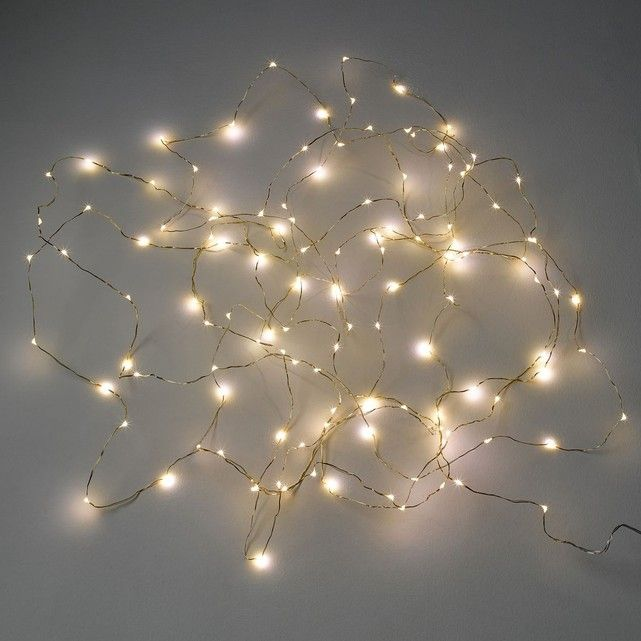 Guirlande lumineuse LED Omara AM.PM : prix, avis & notation, livraison.  La guirlande lumineuse Omara. Pour une ambiance lumineuse très réussie… Les micro led sont fixées sur un fil en métal si fin que les lumières semblent flotter dans l'air.Caractéristiques :- Finition laiton- 125 micro LEDs 6V sur un câble en métal- Ne chauffe pas- Lampes non remplaçables- Livrée avec adaptateur 220V, longueur du ...