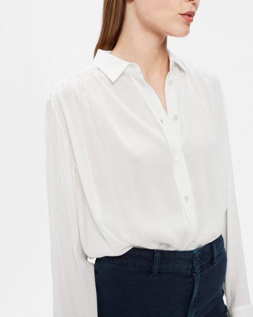 Combining the sharp collar and cuffs of a classic shirt and the softness of a blouse, this is one of this autumn's key wardrobe pieces. Straight hem with high-ow lenths and slits. <br><br>  • Slightly longer at back<br> • Relaxed fit<br> • Shirring de Filippa K 2017 09