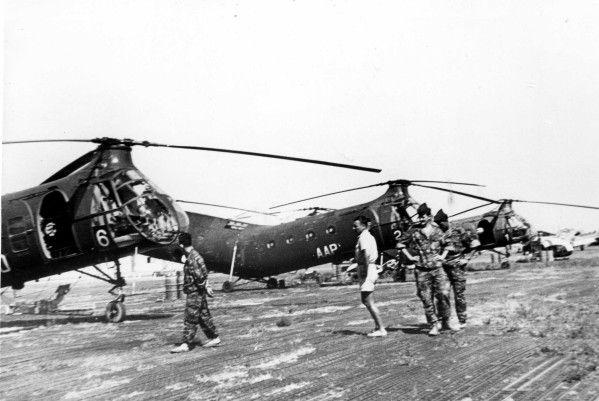 Trois H-21 C de l'ALAT sur un terrain en Algérie