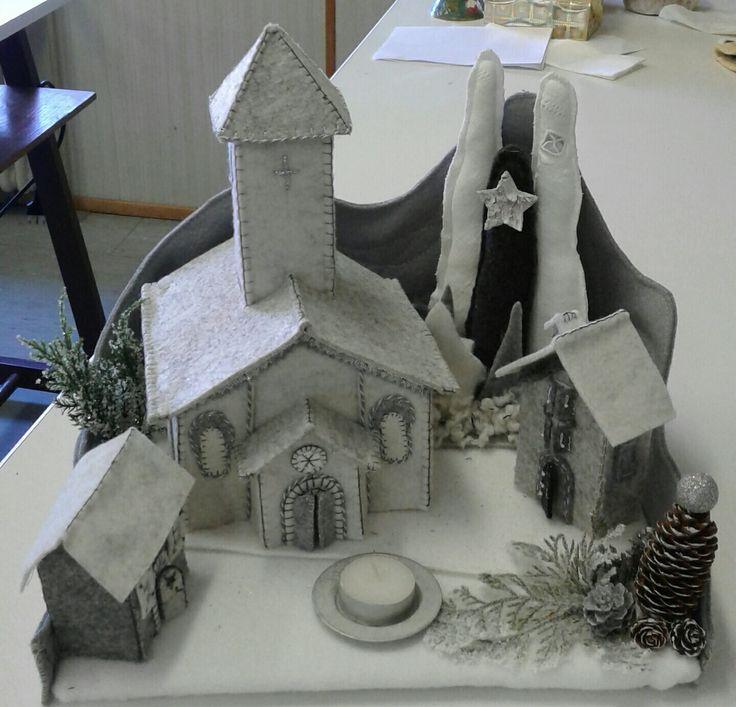 Piccolo villaggio invernale con chiesa . Luisa valent