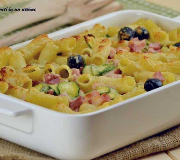 La pasta al forno è un primo appetitoso, ricco di sapore e dal gusto intenso, ma davvero molto semplice e veloce da preparare.