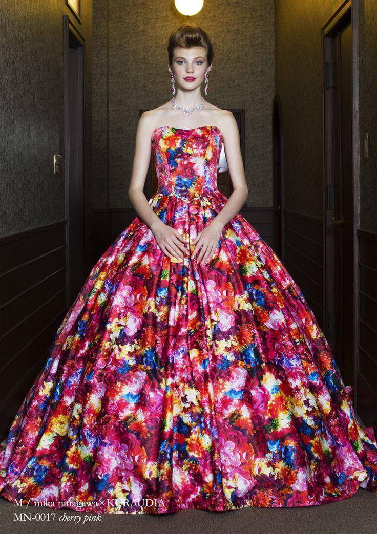 派手なのにエレガント!クラシックな会場にも合いそうな花柄ドレス♡ 紅葉の時期のお色直しのアイデア☆
