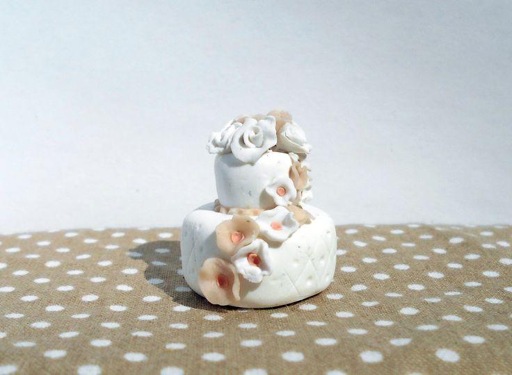 Miniature wedding cake made of polymer clay #miniature #shabby #chic #diy #handmade #polymer #clay #polymerclay #cute #cake #wedding #white