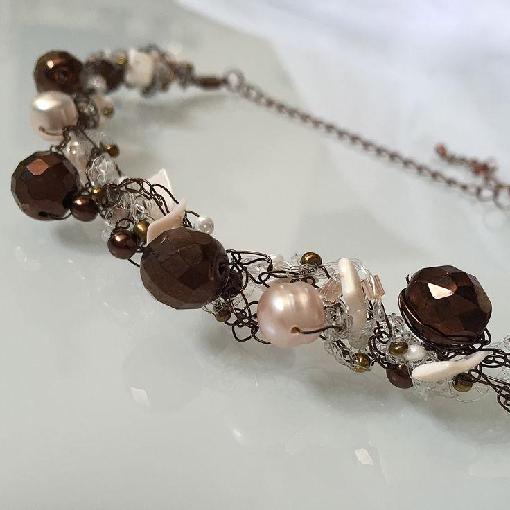 DARK BROWN - Necklace in filo metallico e filo di nylon con mezzi cristalli, conchiglie, tondi di Boemia e perle naturali. Chiusura regolabile a catenella.