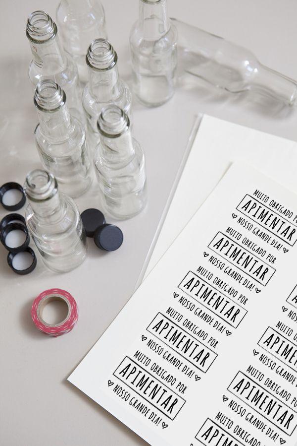 ♥♥♥  Lembrancinha de pimenta Como fazer uma lembrancinha de pimenta para seu casamento passo a passo. Faça o download do rótulo e aprenda como montar esse mimo para os convidados. http://www.casareumbarato.com.br/lembrancinha-de-pimenta/