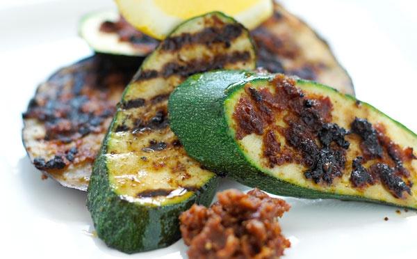 squash og aubergine på grill med tomatpesto squash og aubergine ...