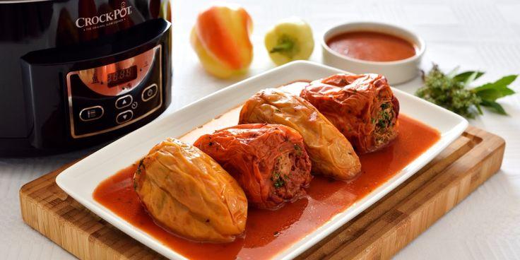Ingrediente:• carne tocata de pui/ curcan – 800 g• ardei grasi – 8-10 buc.• suc de rosii – 500 ml• orez integral – 100 g• ceapa tocata marunt – 2 buc.• morcovi taiati cubulete – 2 buc.•