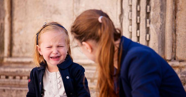 Les parents rougissent de honte pendant que les passants les dévisagent parce que leur enfant hurle son mécontentement! On vous donne des trucs pour gérer les crises en public sans perdre la face!
