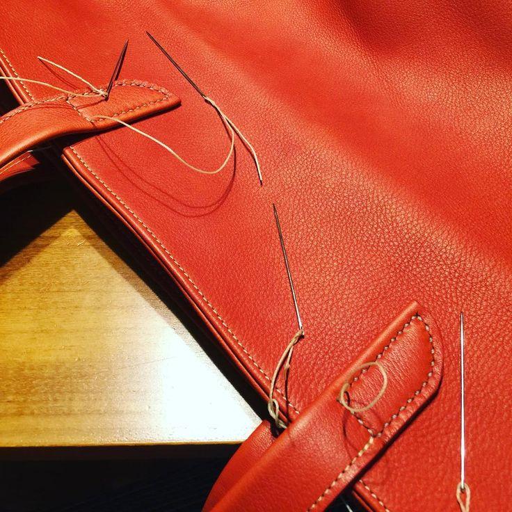 2016.05.11  革かばん学校 第2弾 トートバッグ また赤色 持ち手は手縫いで、宿題として家でやってたけど最後の糸の始末の方法忘れた  #かばん学校 #レザー #レザーバッグ #かばん #ショルダーバッグ #大阪 #革 #革バッグ #革かばん #赤 #手作り #ミシン #ハンドメイド #手縫い #革手縫い #leather #leatherbag #handmade #sewing #bag #totebag #totebag