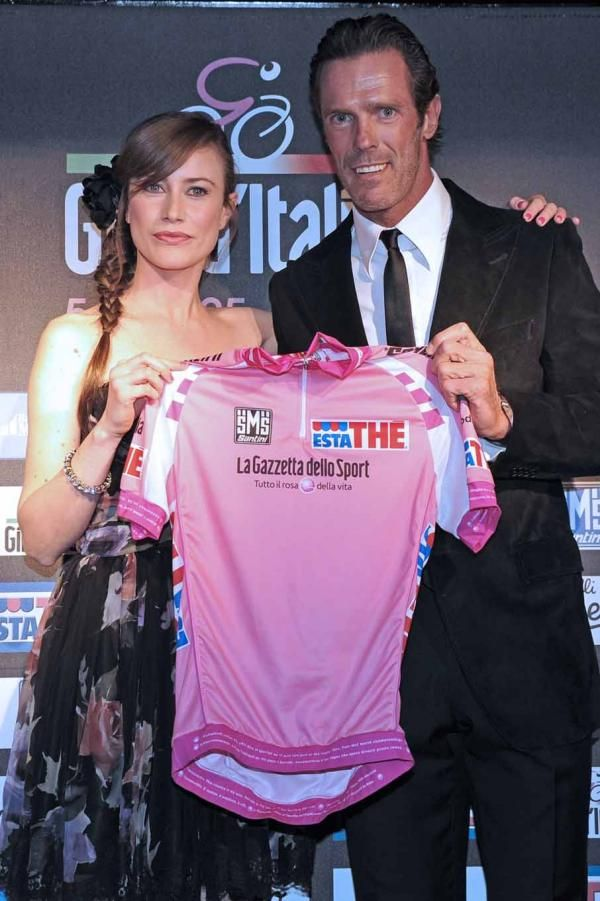 Actress Giorgia Wurth and leading man Mario Cipollini with the new pink jersey.  Photo: © RCS Sport